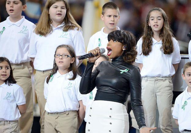 "Jennifer Hudson, avant le match, chante ""America the Beautiful""."