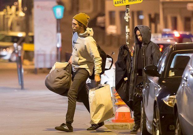 Robert Pattinson et FKA twigs en amoureux à Paris