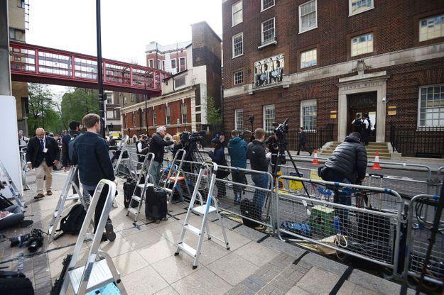 Devant le St Mary's Hospital, les journalistes font le pied de grue