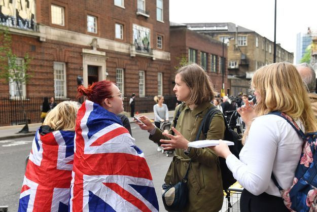En attendant l'accouchement, ils interviewent les fans impatients de rencontrer le royal baby !