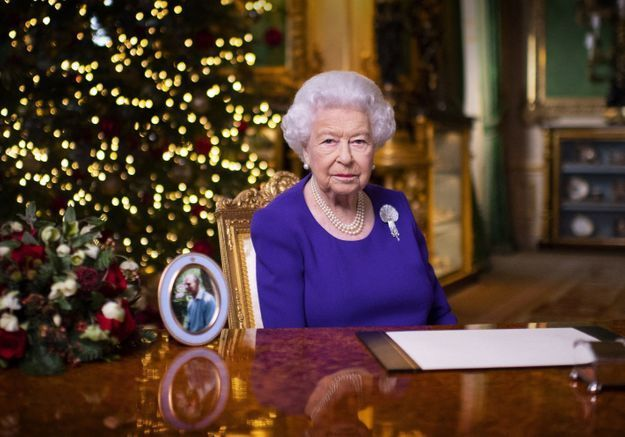 Une parodie de la reine d'Angleterre dansant sur son bureau fait polémique au Royaume-Uni, shocking !