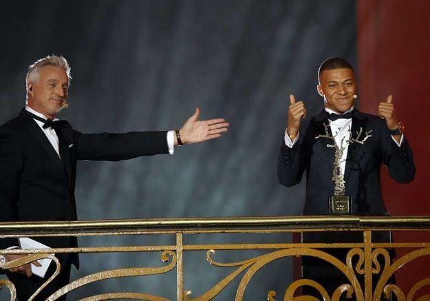 David Ginola remet le trophée Kopa à Kylian Mbappé