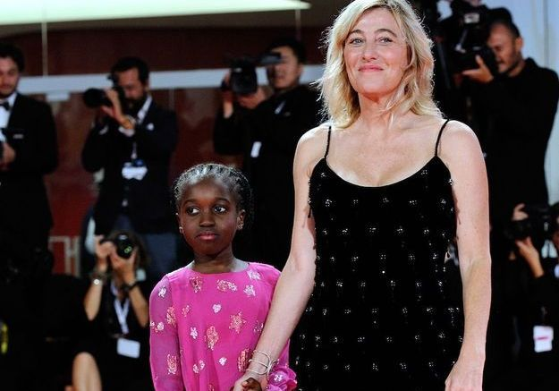 Louis Garrel et Valeria Bruni Tedeschi, parents fiers, accompagnent leur fille Oumy pour ses débuts sur tapis rouge