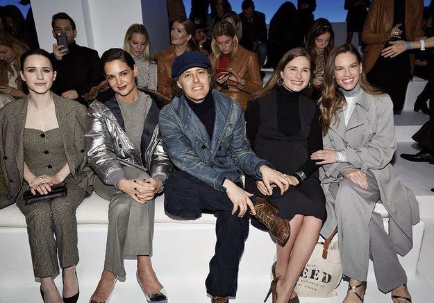 Katie Holmes, Natalia Dyer et Hilary Swank aux premiers rangs des défilés new-yorkais