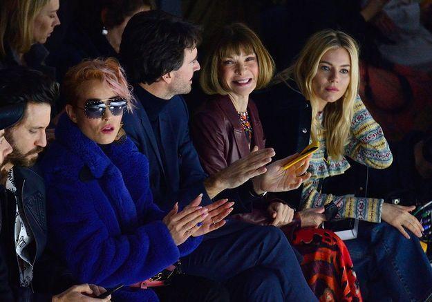 Mais qu'est-ce qui peut bien autant faire sourire Anna Wintour au défilé Louis Vuitton ?
