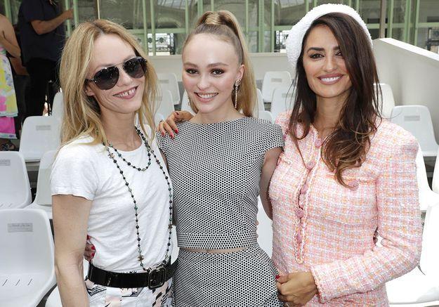 Vanessa Paradis, jeune mariée radieuse avec Lily-Rose et Penélope Cruz au défilé Chanel Couture