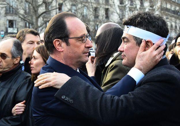 L'étreinte de François Hollande et Patrick Pelloux.