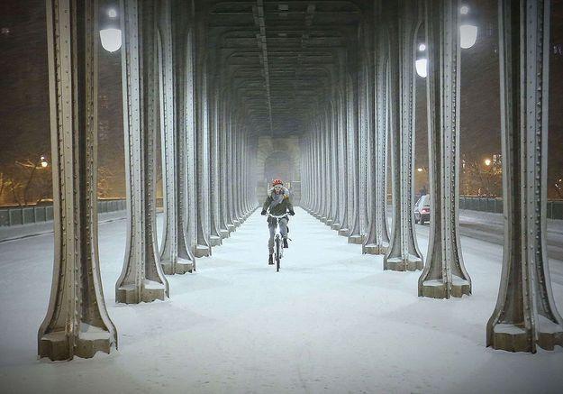 Cycliste sur le pont de Bir-Hakeim