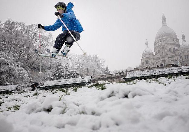 Skieur devant le Sacré-Cœur