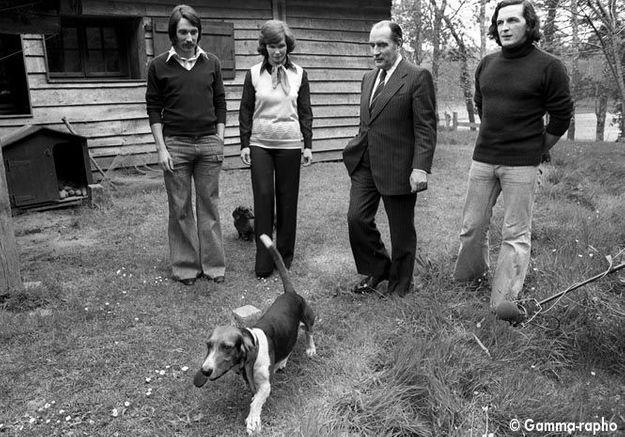 Danielle Mitterrand en 1974 avec François Mitterrand et leurs fils