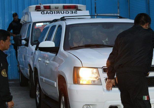 Le convoi de voitures quitte la prison