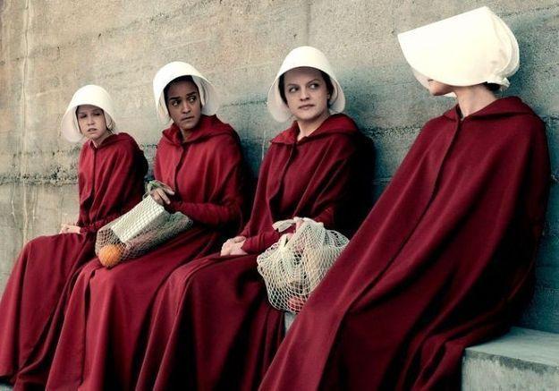 Jugé sexiste, un costume inspiré de la série « The Handmaid's Tale » retiré des ventes