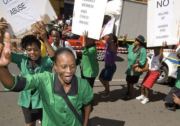 Des féministes manifestent devant le tribunal
