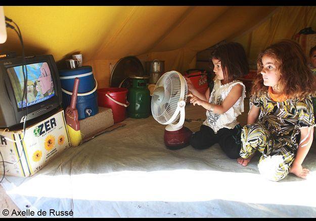 Des réfugiées syriennes devant la télévision