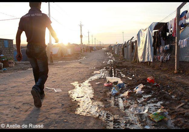 Un homme marchant parmi les détritus