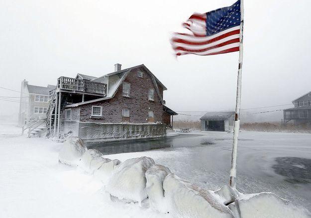 Un drapeau flotte au dessus de la neige