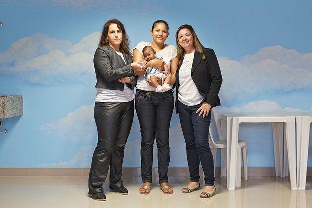 Daniela Rorato et Polyana Dias entourant une mère et son enfant