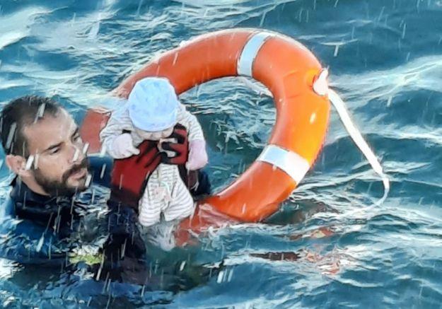 Bébé sauvé à Ceuta : le plongeur raconte l'histoire derrière l'image choc
