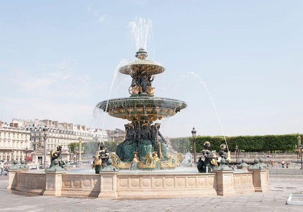Dijon : une femme se baigne dans une fontaine pleine de billets