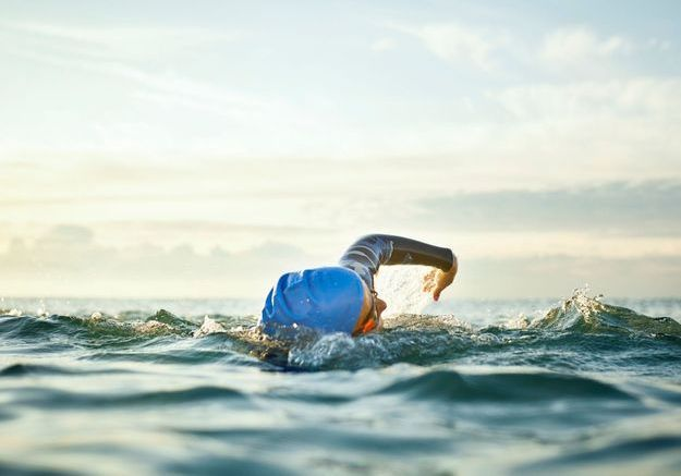 Elle traverse la Manche quatre fois à la nage pour celles « qui bataillent pour vaincre » la maladie