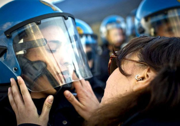 Embrasser un policier : une agression sexuelle ?