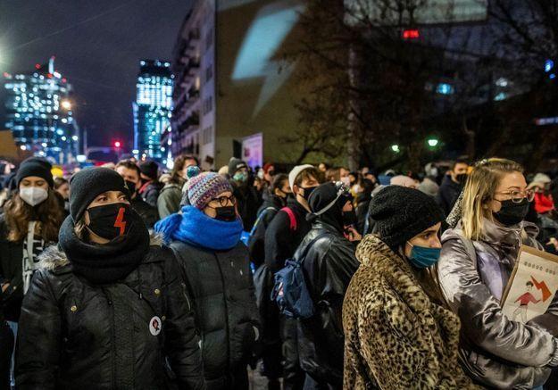 En Pologne, des milliers de personnes se mobilisent contre la quasi-interdiction de l'IVG