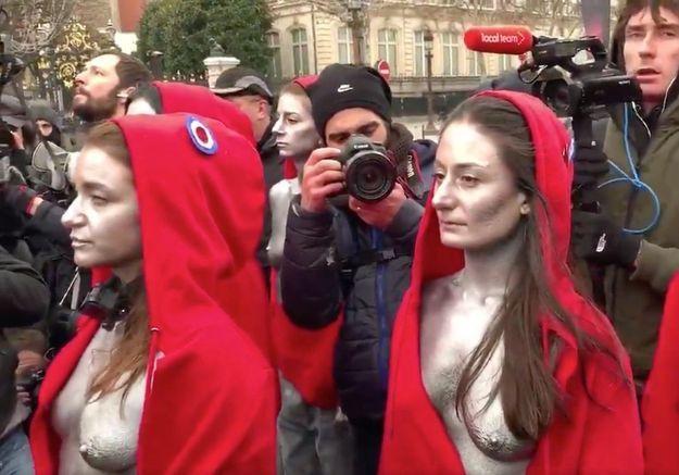 Gilets jaunes : des femmes habillées en « Marianne » font face aux CRS sur les Champs Elysées