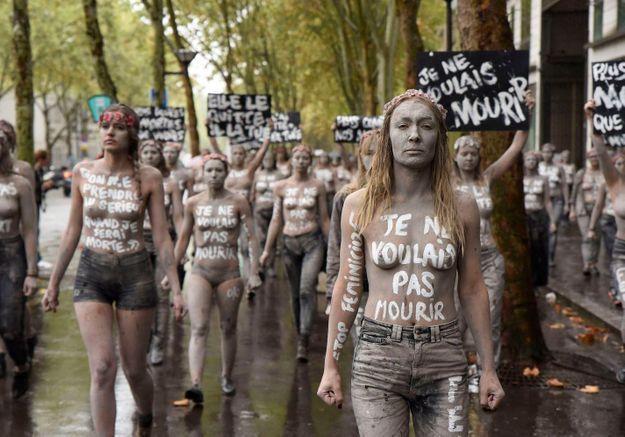 « Je ne voulais pas mourir » : les Femen se déguisent en zombies pour dénoncer les féminicides