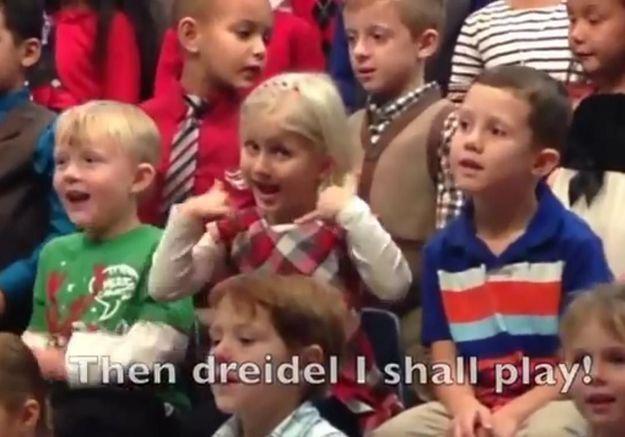 L'adorable concert de Noël d'une enfant en langue des signes