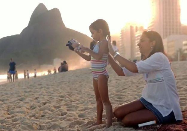 La poupée qui prend des coups de soleil à la place des enfants