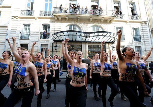 Les Femen déguisées en Hitler luttent contre le FN