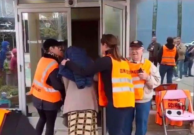 Les femmes obligées d'être escortées pour avorter : la vidéo qui met en colère