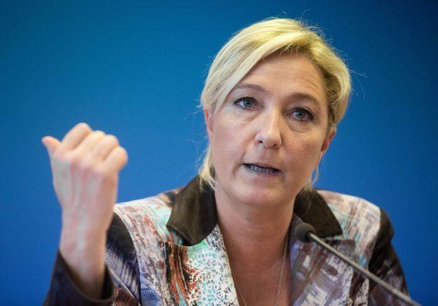 Marine Le Pen accueillie par les Femen en Bretagne