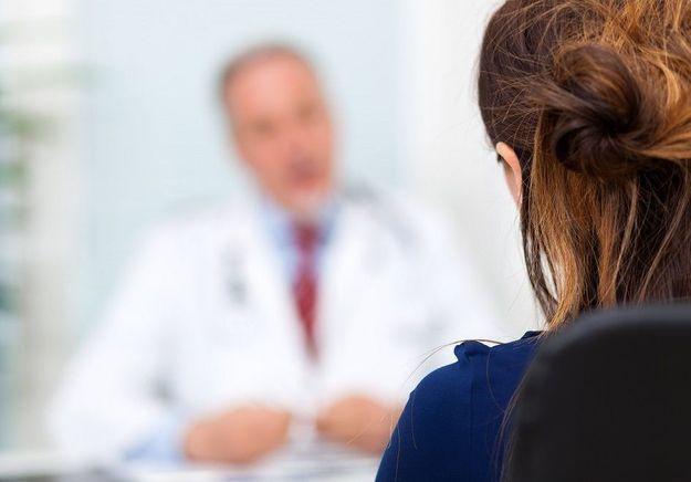 « Même ma gynéco allait plus vite pour me palper les seins » : un médecin chef de la police accusé d'agressions sexuelles