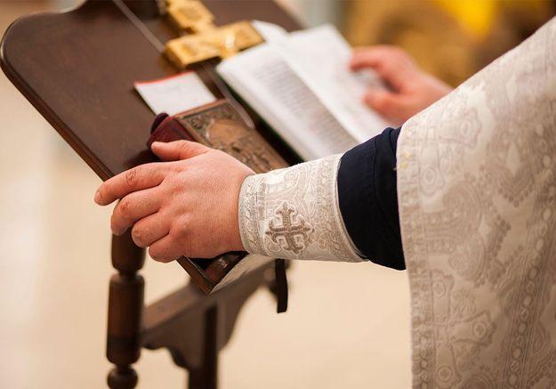 « Mon cœur est amoureux » : un prêtre italien rend sa soutane pendant une messe