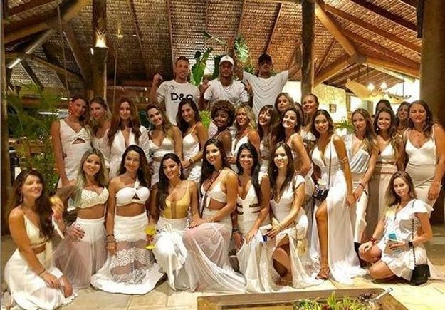 new style 7123b b8558 ... Neymar et « ses » 26 femmes   la photo polémique