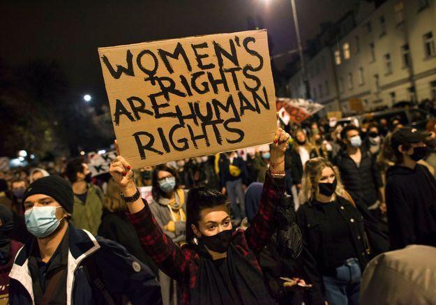 Pologne: la colère gronde et les manifestantes bloquent le pays après la quasi-interdiction de l'IVG