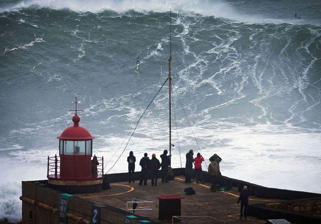 Portugal : une surfeuse fauchée par une vague de 17 mètres