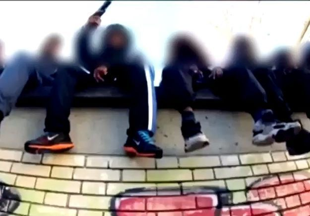 Quand des enfants manient des armes dans un clip de rap