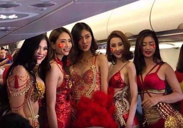 Quand une compagnie aérienne envoie des femmes en bikini consoler des footballeurs après une défaite