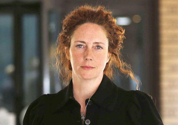 Rebekah Brooks, l'ex-reine des tabloïds devant la justice