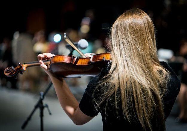 « Si elle joue autant, c'est parce qu'elle est méga bonnasse derrière sa contrebasse » : Paye ta note est né !