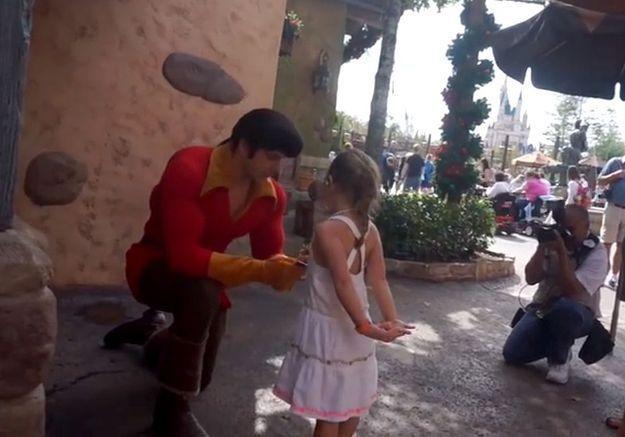Une fillette s'en prend à Gaston dans un parc Disney