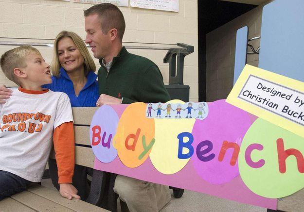 USA : un enfant installe un banc de l'amitié dans son école
