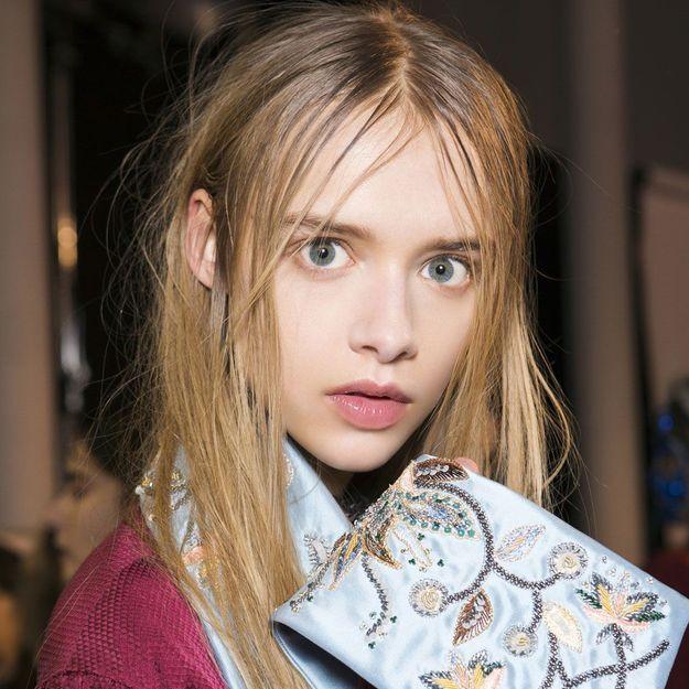 10 erreurs classiques qui rendent vos cheveux gras