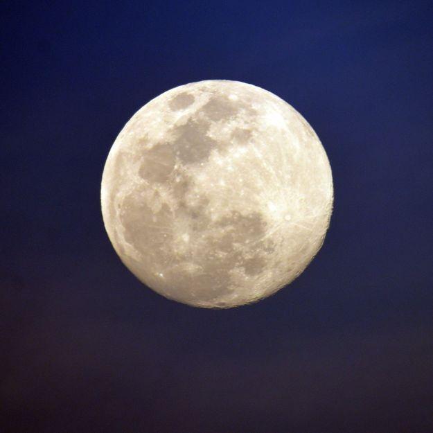 Faut-il vraiment se couper les cheveux un soir de pleine lune ?