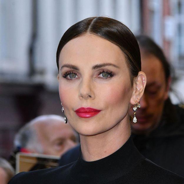 Charlize Theron adopte une coupe courte des années 90 inspirée par Linda Evangelista
