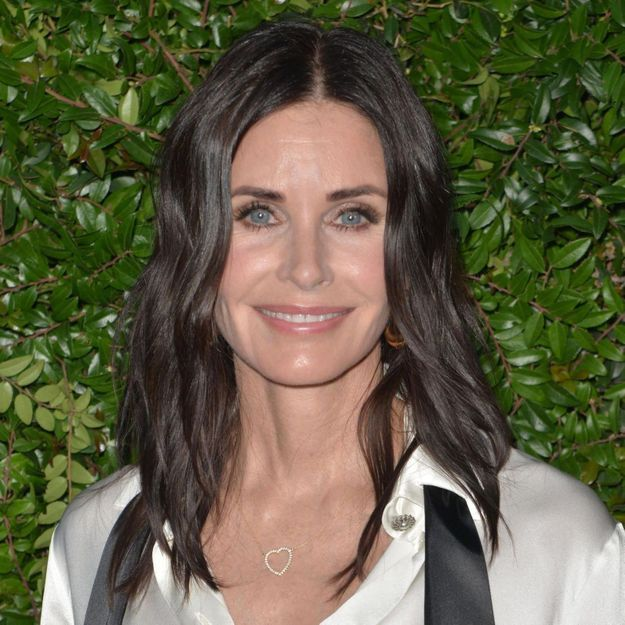 Courteney Cox abandonne sa coupe de cheveux iconique dans Friends