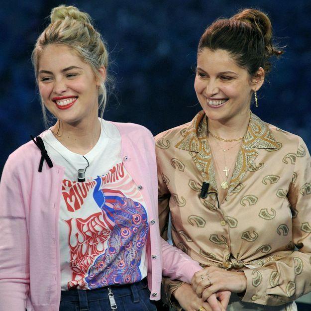 Laetitia Casta et sa petite sœur Marie-Ange adoptent la même coiffure comme des jumelles