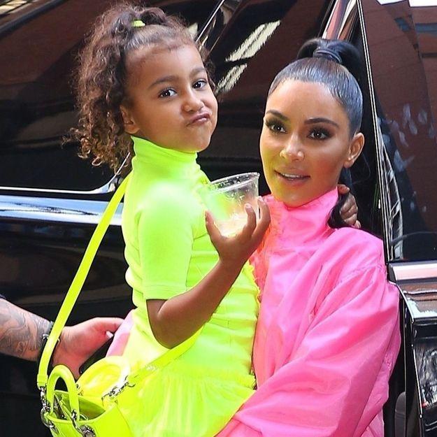 « Laisse-la être une enfant » : Kim Kardashian attaquée car sa fille North, 5 ans, porte du rouge à lèvres